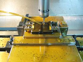 形状変化の大きい樹脂でも、自社製のヤトイ、バイト、刃具を使用して、反りや歪みのないより高精度な製品をご提供します。