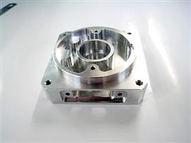 材質:A7000系 モーターブラケットの試作品 旋盤加工→フライス加工